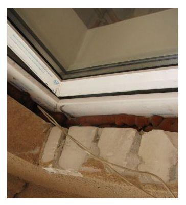 кабель проложенный в монтажной пене установленного пластивого окна