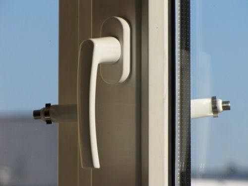 установленный переходник для прокладки тв кабеля в помещение через пластиковое окно